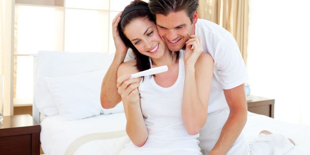 couple_looking_at_pregnancy_test